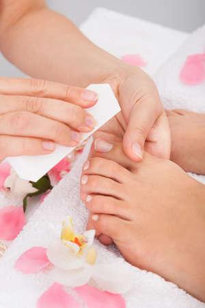Close-up Kosmetikerin Hand Einreichung der N�gel der Frau in Salon Lizenzfreie Bilder