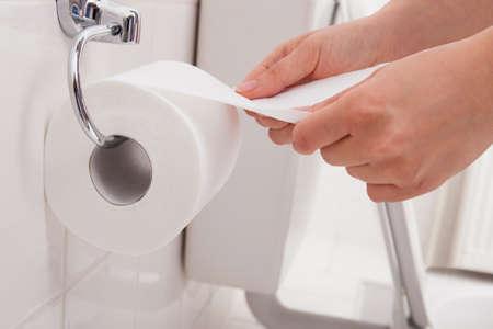 Közelkép egy személy kezét használja toalettpapír Stock fotó