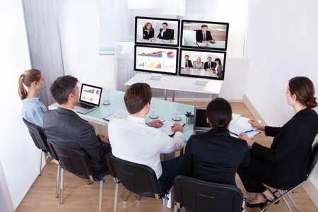 sala de reuniones: Vista elevada de empresarios en conferencias de v�deo en la reuni�n de negocios
