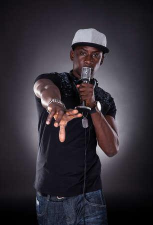 Portret Van Mannelijke Hip-hop Zanger Zingen Over Zwarte Achtergrond Stockfoto