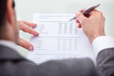 Close-up van zakenman Vullen Customer Survey Form
