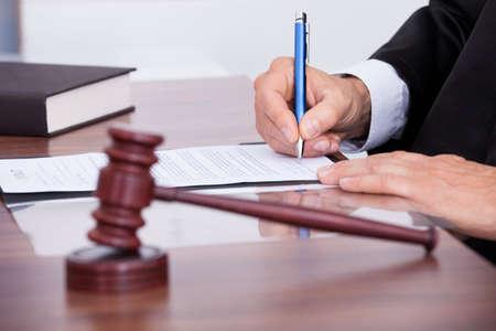 Männlich Richter schriftlich auf Papier im Gerichtssaal Standard-Bild