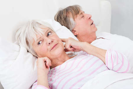 sono: Retrato do homem Mulher irritada Awaken por seu ronco Marido