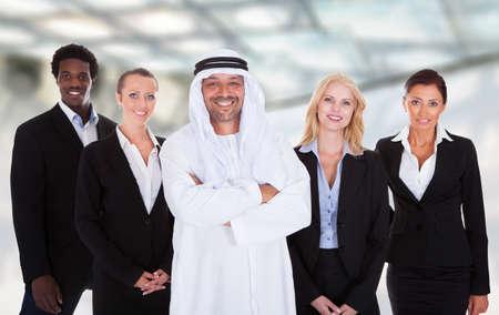 hombre arabe: Retrato del hombre �rabe Coloca Con Los empresarios Alrededor