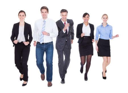 falda corta: Empresarios feliz en el grupo que corre sobre el fondo blanco Foto de archivo