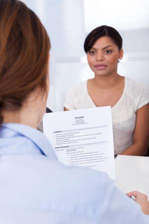 Zakenvrouw het uitvoeren van een werk Interview Met Jonge Vrouw Aanvrager Stockfoto
