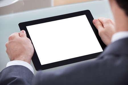 사업가의 근접 디지털 태블릿에서 찾고