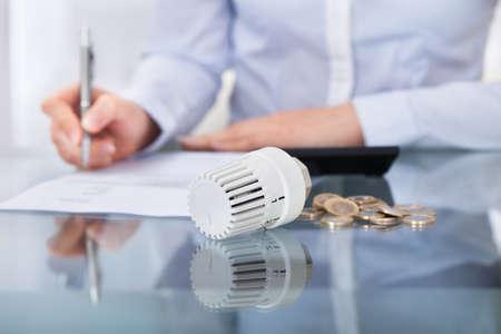 radiator: Close-up Foto De Personas de negocios Análisis de la factura Foto de archivo