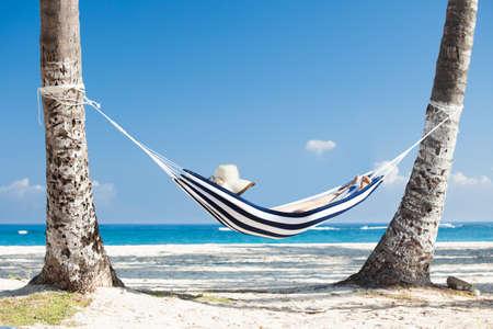 女性のビーチでハンモックでリラックス
