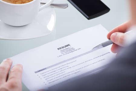 profesionistas: Primer plano de la foto Personas de negocios Holding Resume