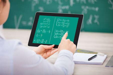Close-up Van Student Leren wiskundige vergelijkingen op digitale tablet