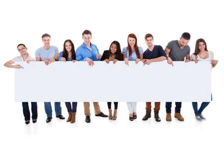 배너를 제시하는 사람들의 다양 한 그룹입니다. 흰색에 고립 스톡 콘텐츠