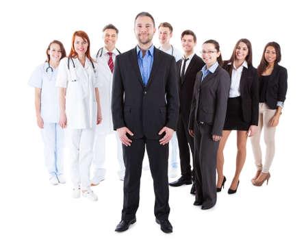 administrador de empresas: Jefe de pie en frente de su equipo de médicos y gerentes Foto de archivo