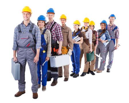 fontanero: Gran grupo de trabajadores de la construcci�n u obreros y mujeres haciendo cola en una larga fila llevando sus juegos de herramientas, ya que esperar al reloj en o ser contratados para un trabajo aislado en blanco