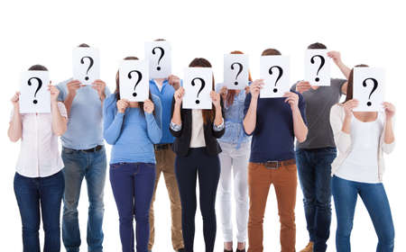 punto interrogativo: Gruppo eterogeneo di persone che tengono i segni interrogativi. Isolati su bianco Archivio Fotografico