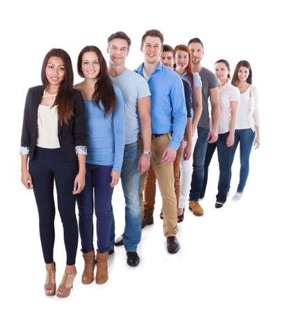 Vielfältige Gruppe von Menschen stehen in Reihe. Isoliert auf weißem