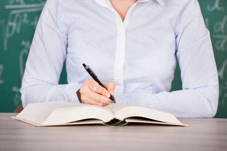 diligente: Primer Plano De diligente estudiante Libro De Lectura En El Aula