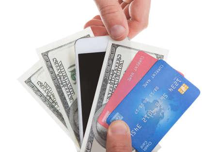 Hand bedrijf bankbiljetten creditcards en een tablet met een tweedehands selecteren van de tablet als een methode van aankoop en de betaling voor goederen op wit wordt geïsoleerd