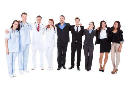 Groot terrein van artsen en managers over witte achtergrond