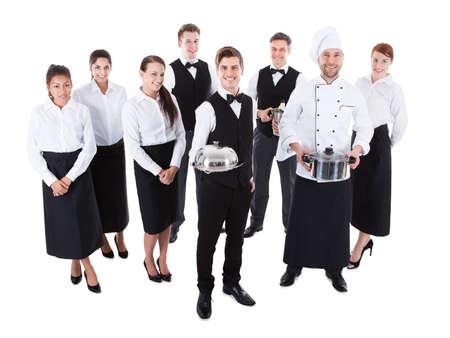 Gran grupo de camareros y camareras. Aislados en blanco