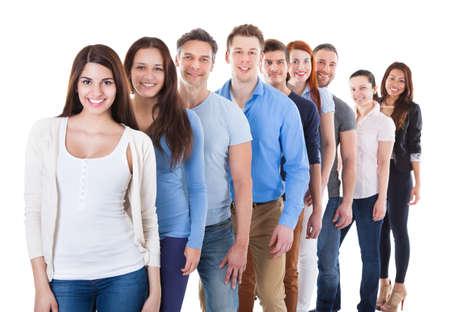 Diverse groep van mensen die zich in rij. Geïsoleerd op wit