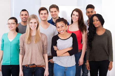 Groepsportret van vertrouwen multi-etnische studenten eendrachtig samen