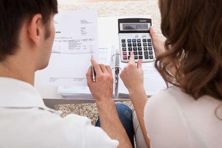 planificacion familiar: Retrato de joven feliz presupuesto calculando pareja Foto de archivo