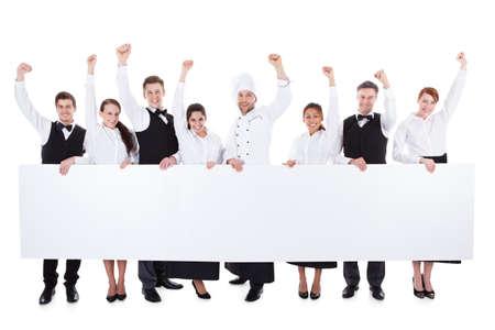 Vrolijk opgewonden catering personeel tonen banner. Geïsoleerd op wit