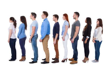 Grupo diverso de personas de pie en la fila. Aislados en blanco