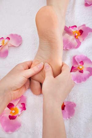 スパでフット マッサージを受ける女性の足のクローズ アップ 写真素材