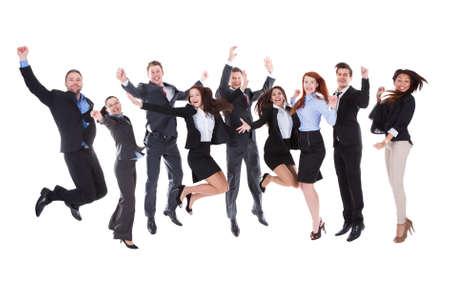 Grote groep van opgewonden mensen springen. Geïsoleerd op wit Stockfoto