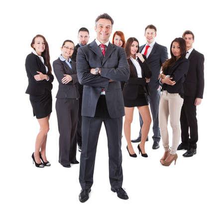 autoridad: Gerente de negocios mayor que se coloca en frente de su equipo. Aislados en blanco