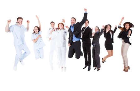 mujer hombre: Grupo de m�dicos y administradores de saltar. Aislados en blanco