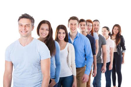 file d attente: Groupe diversifi� de personnes debout dans la rang�e. Isol� sur fond blanc