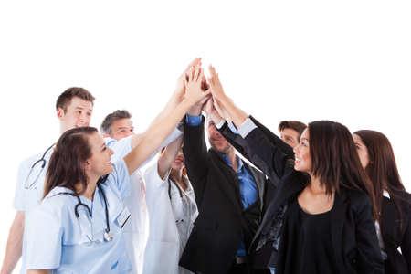 Artsen en managers maken van high five gebaar. Geïsoleerd op wit Stockfoto