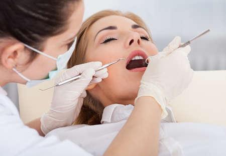 ojos cerrados: Vista elevada de una mujer que hace su chequeo dental Foto de archivo