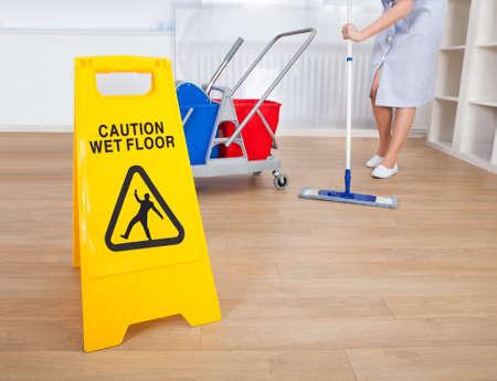 젖은: 젖은 바닥에 경고 기호의 근접
