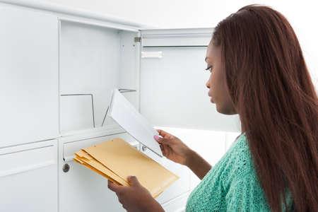 buzon de correos: Close-up de la mujer a recibir cartas del buz�n de correo