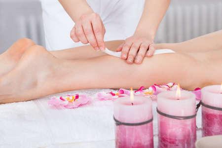depilacion con cera: Primer plano de una mujer recibiendo masaje del muslo Tratamiento En Spa