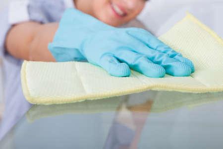 Sourire jeune fille table en verre de nettoyage à la maison Banque d'images - 27954337