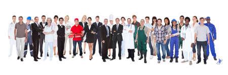 Volledige lengte van mensen met verschillende beroepen die tegen een witte achtergrond Stockfoto