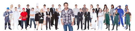 profesiones diferentes: Sonriendo gente diversa con diferentes ocupaciones coloca sobre el fondo blanco