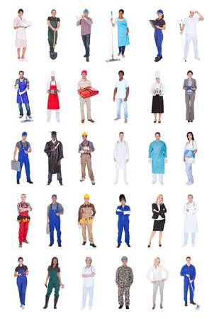Collage de la gente multiétnica con diversas ocupaciones de pie contra el fondo blanco