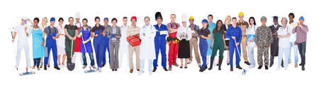 Longitud total de personas con diferentes ocupaciones de pie contra el fondo blanco