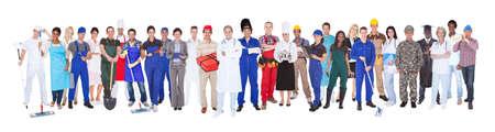mature people: Lunghezza totale di persone con diverse occupazioni in piedi contro sfondo bianco