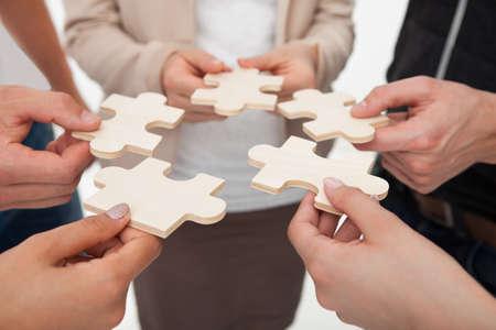 オフィスでパズルのピースを接合の実業家のイメージのトリミング 写真素材