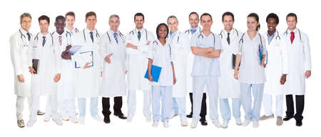 grupo de doctores: Grupo grande de m�dicos conf�a en pie contra el fondo blanco