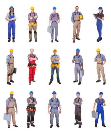 mujer trabajadora: Longitud total de ingenieros multiétnicas seguros de pie contra el fondo blanco