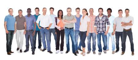 Diversas personas en casuals pie contra el fondo blanco Foto de archivo - 28321891