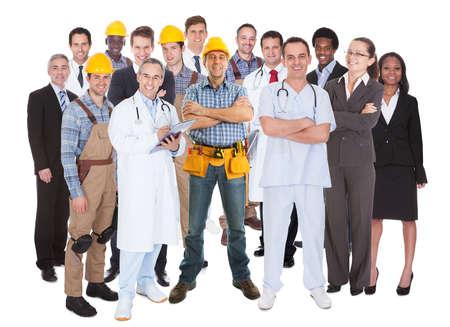 Po celé délce lidí s různými povolání stojící proti bílému pozadí